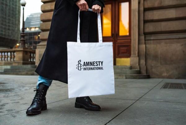 Weiße Tragetasche mit schwarzen Amnesty International Logo