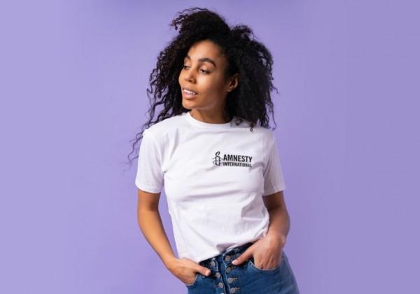Weißes Frauen T-Shirt mit schwarzen Amnesty International Logo